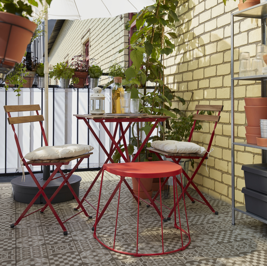 Terraza pequeña con mesa y sillas plegables