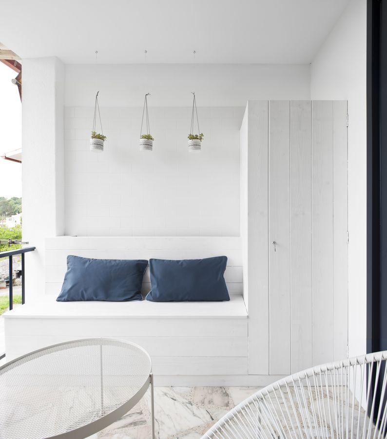Terraza pequeña con muebles a medida