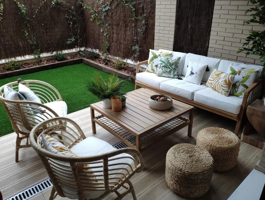 Terraza pequeña con muebles de fibras naturales