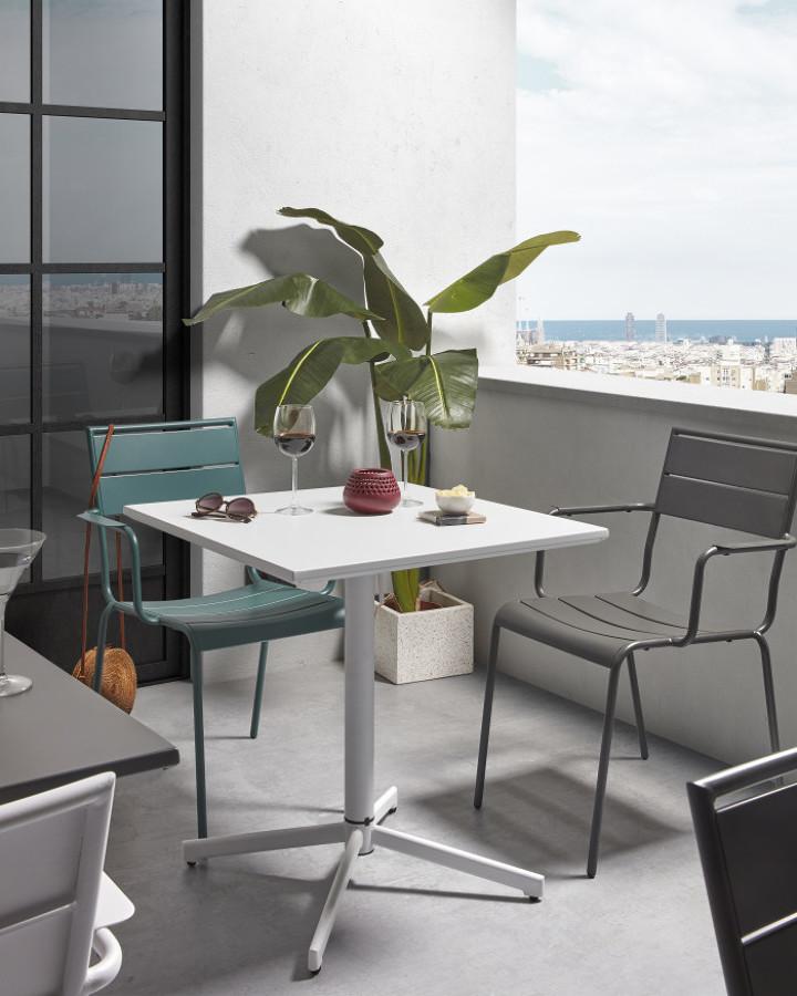 Terraza pequeña con sillas apilables