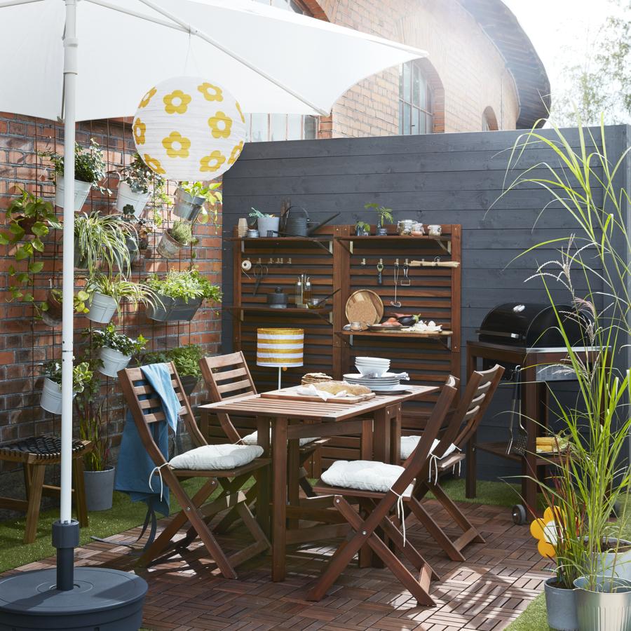 Terraza pequeña con suelo imitación  madera, IKEA.