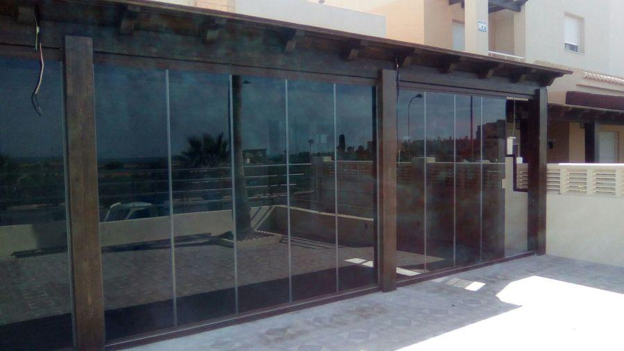 Terraza pérgola con cortina cristal parsol