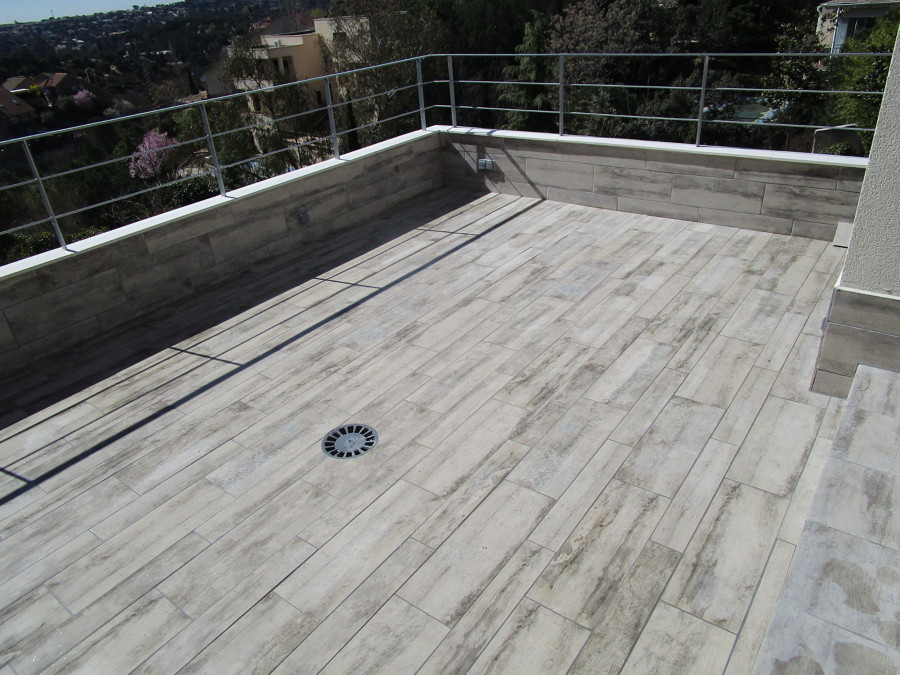 Terraza terminada con barandilla y cubremuros