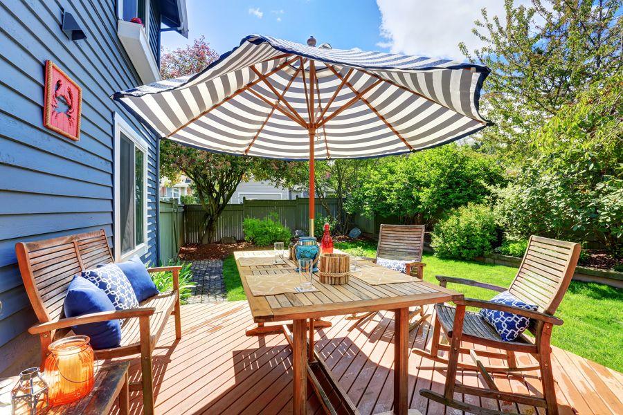 Terraza y jardín con gran mesa