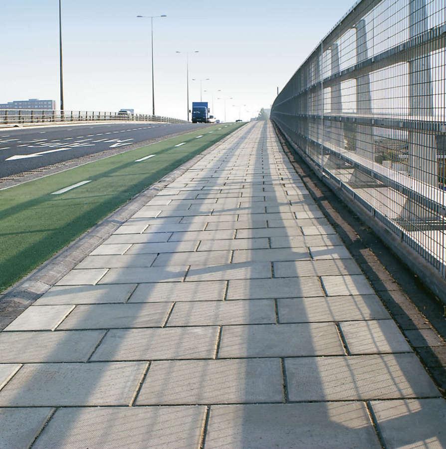 Terrazo en zona peatonal serca de autovía