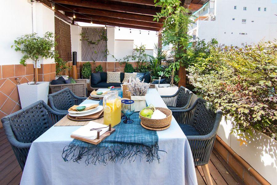 Terrraza mediterránea con muebles de fibras naturales