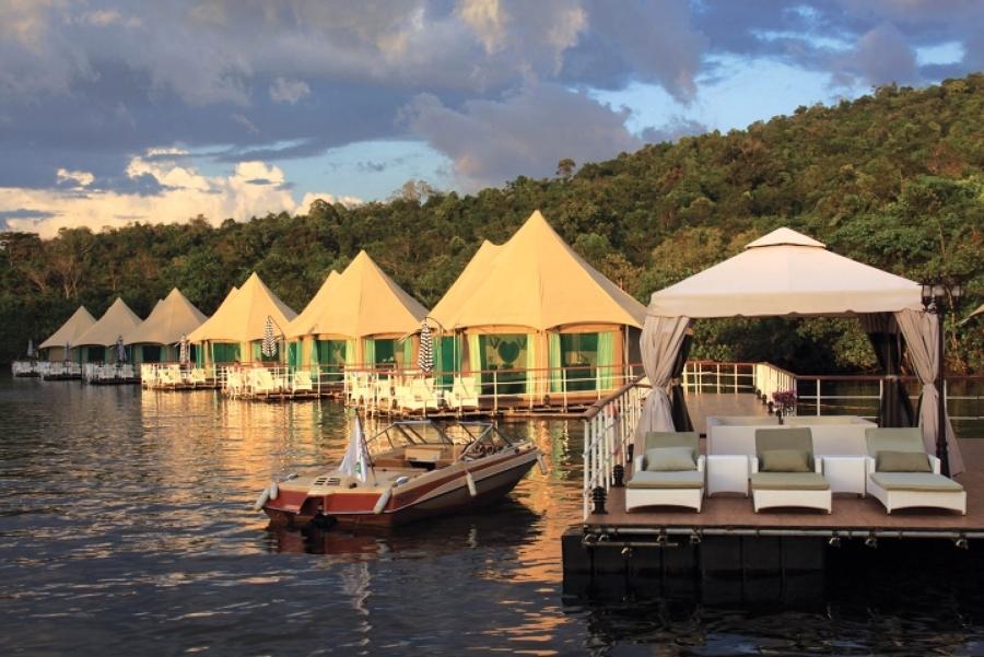 Tiendas de campaña cerca del lago