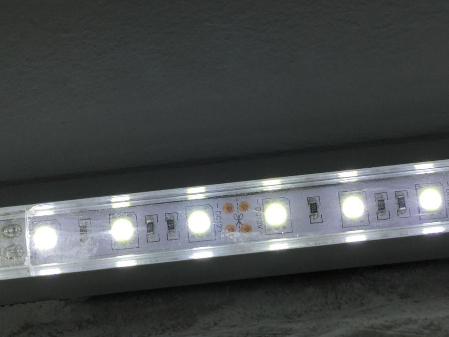 Instalaci n tira led luz indirecta y focos led ideas - Luz indirecta led ...