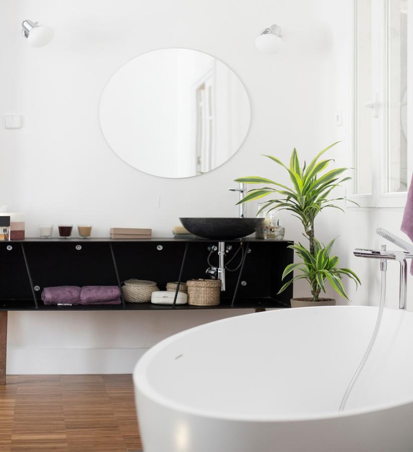 Tocador y bañera exentos en dormitorio de loft
