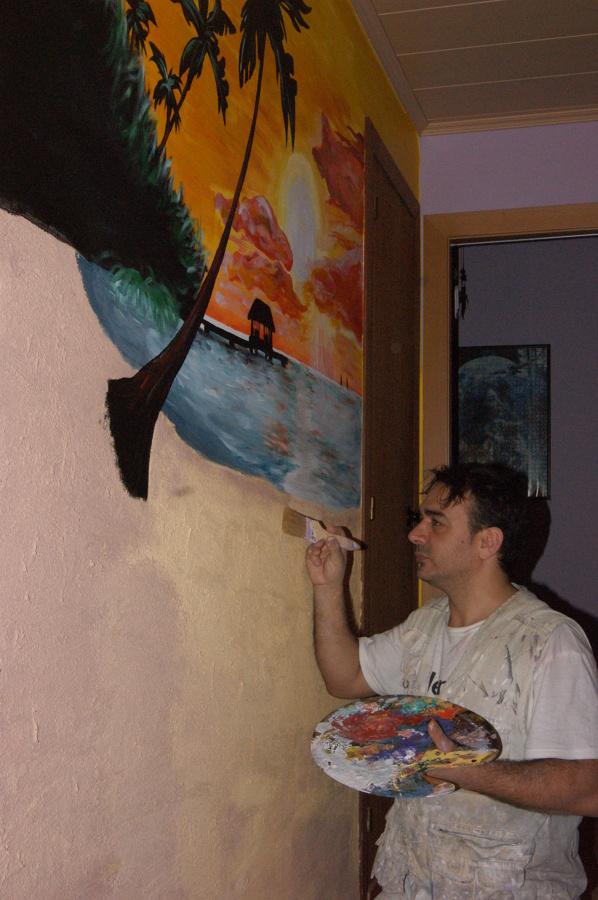 Trabajando y dándole color a la arena con pintura decorativa con trazos de arena y relieve