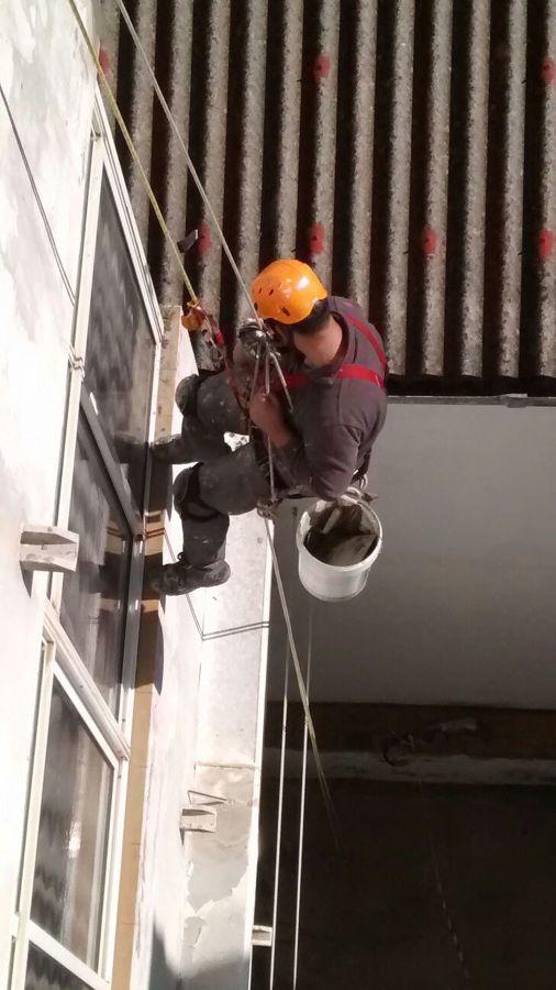 Trabajo en vertical con cuerdas reparacion de desperfecto en balcones de edificio