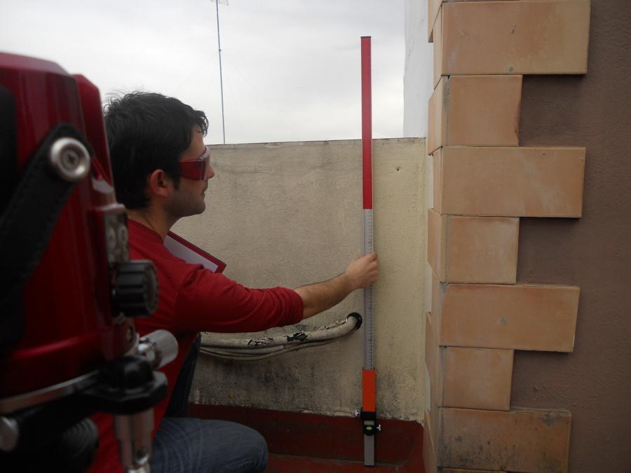Trabajos de nivelación en azotea del edificio