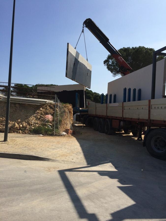 Traslado de paneles hormigón a la obra
