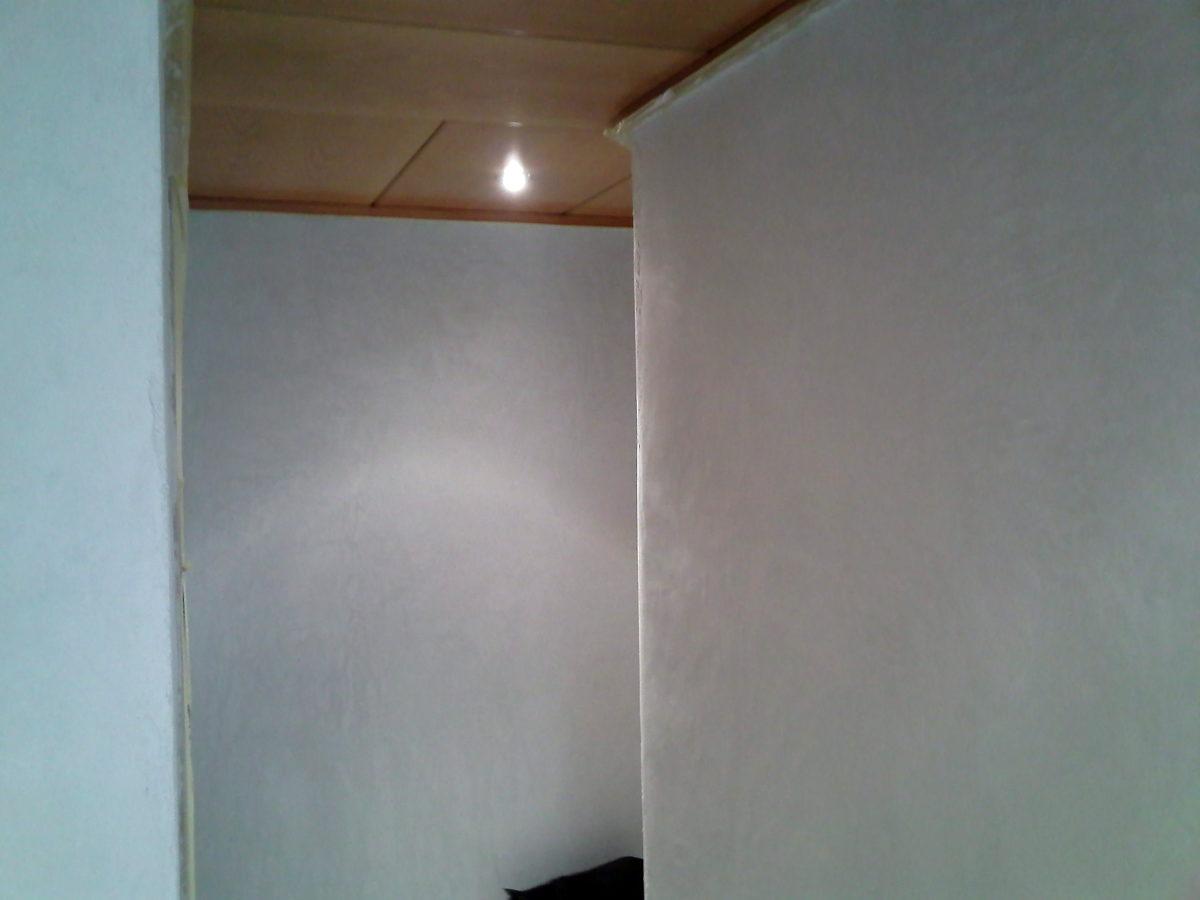 Paredes del pasillo ya sin gotelé, preparadas para pintar