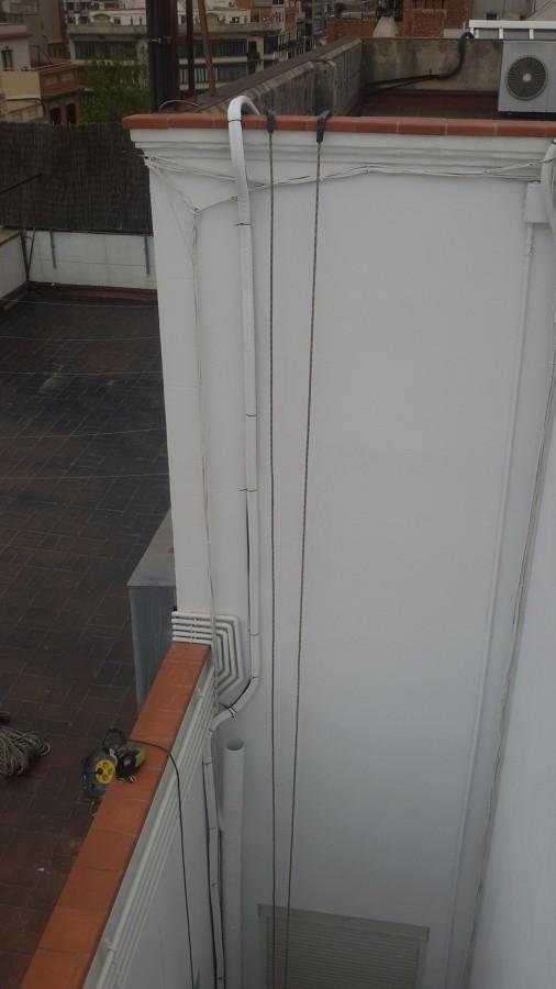 Tubos de aire acondicionado instalados en el segundo patio de luces acabada.