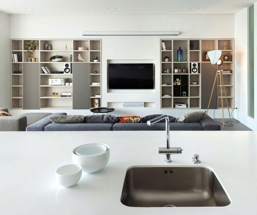 Tv integrada en estantería