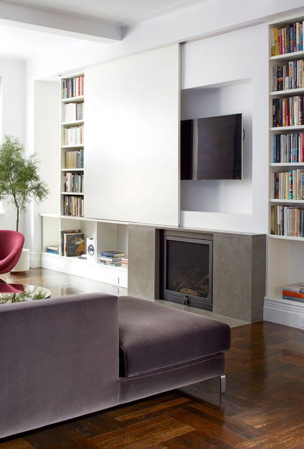 Tv sobre chimenea con panel