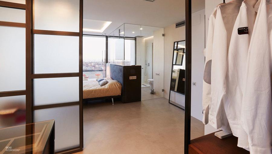 Un ático con estilo, habitación principal y vestidor.