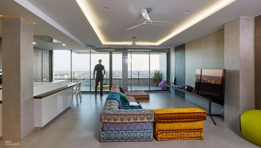 Un ático con estilo, zona salón y terraza.