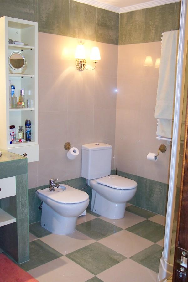 un baño con espacio