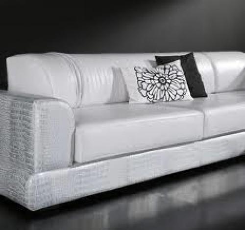 Un bonito reto tapizado de sofa en charol blanco