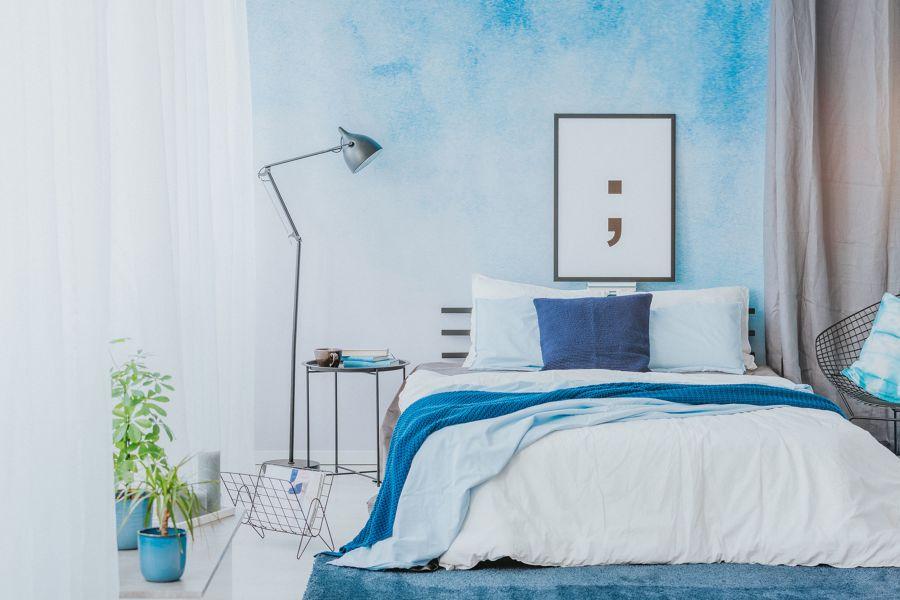 Un dormitorio en tonos azules