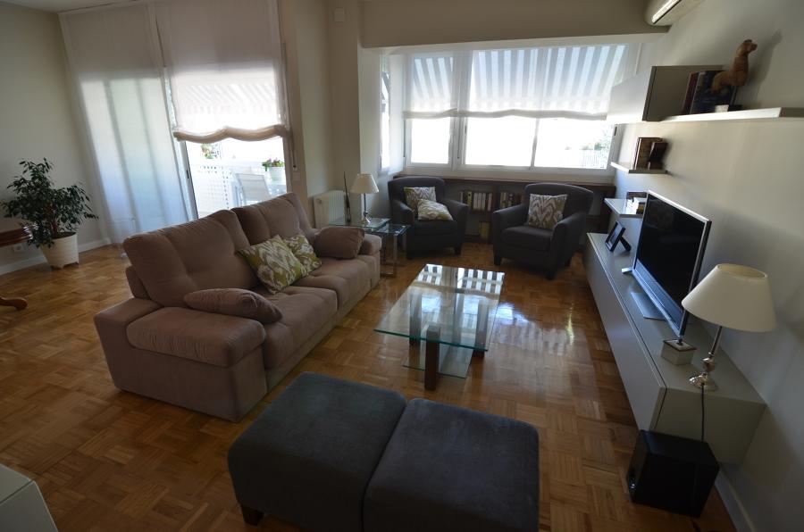 Un salón con mucha luz