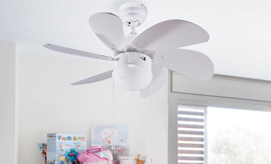un ventilador de techo blanco