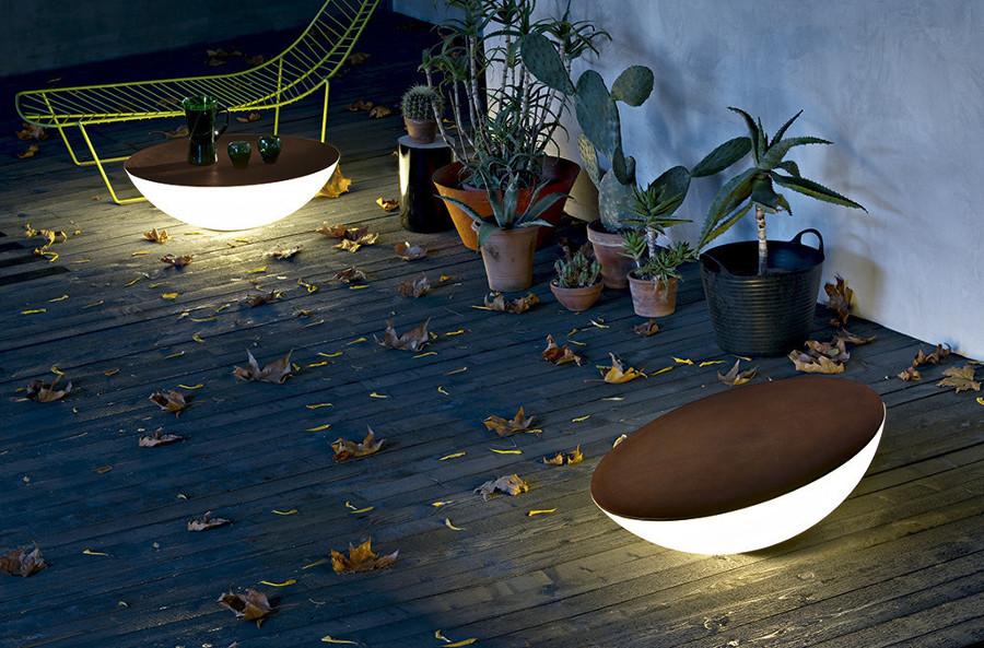 una opcin ideal es apostar por mesas lmparas para tu terraza