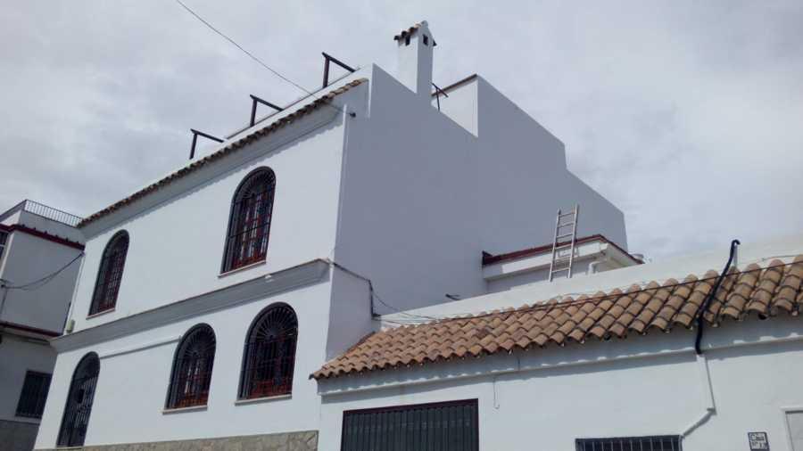 Unifamiliar pintado y restaurado de blanco con herraje pintado con oxiron titan azul