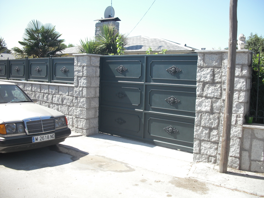 Valla de bloques de granito + la puerta de garaje automatica