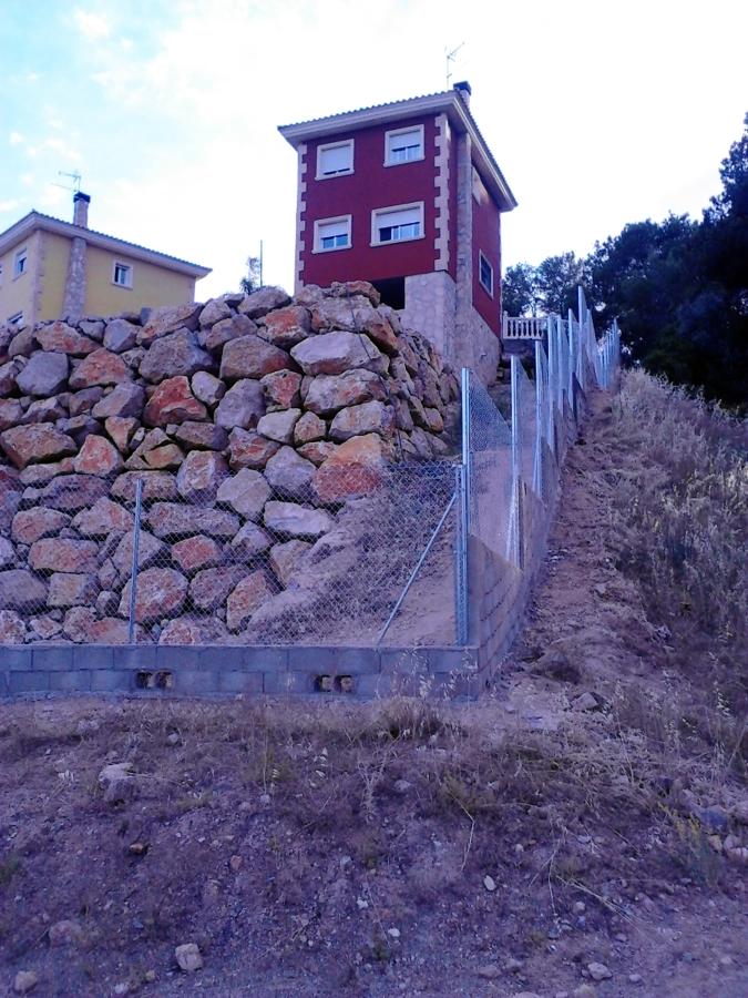 Vallado en desnivel ideas construcci n muros - Vallado de parcelas ...