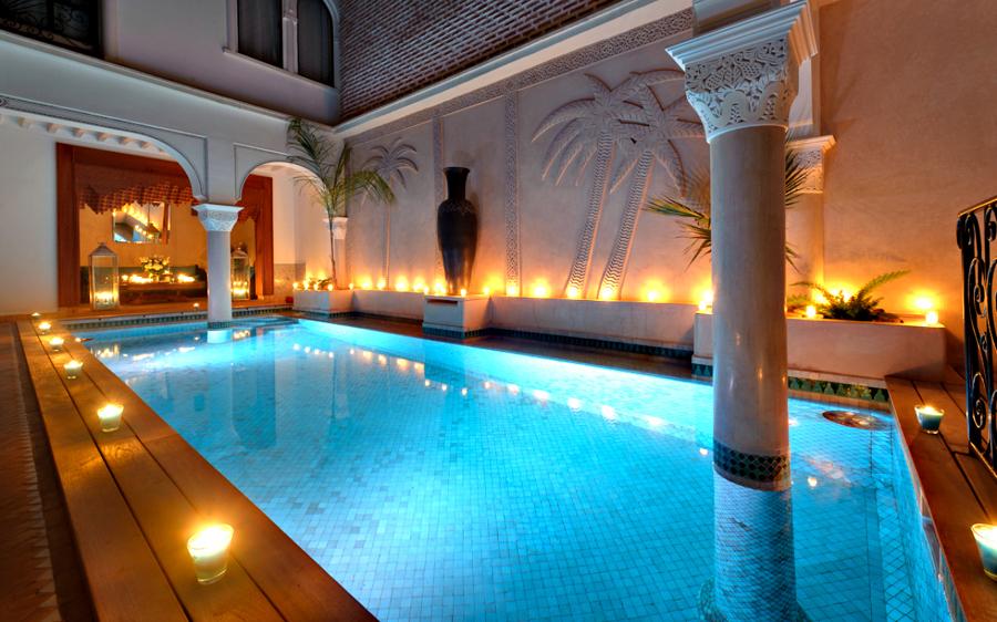 Decora con velas el exterior crea ambientes para tus for Velas flotantes piscina