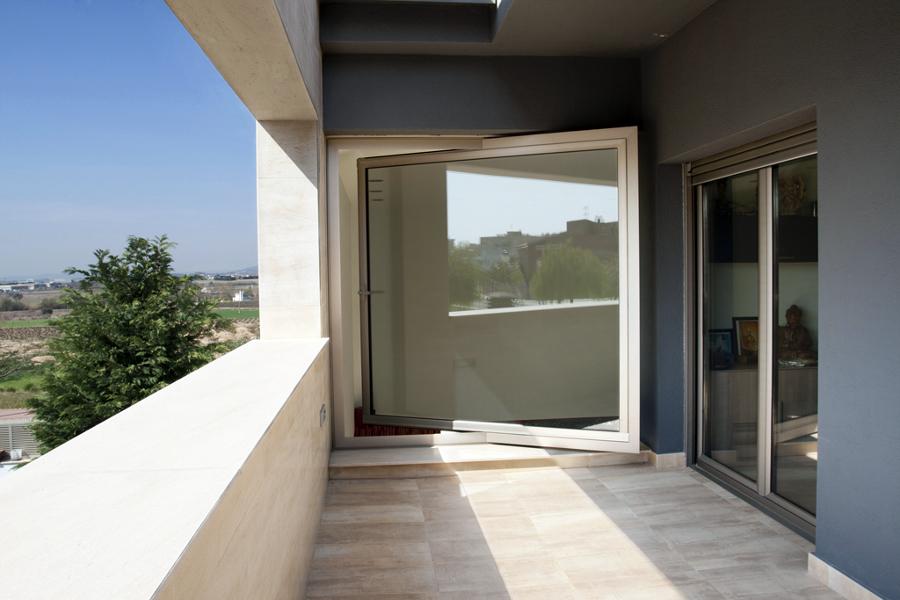 ventana balconera pivotante