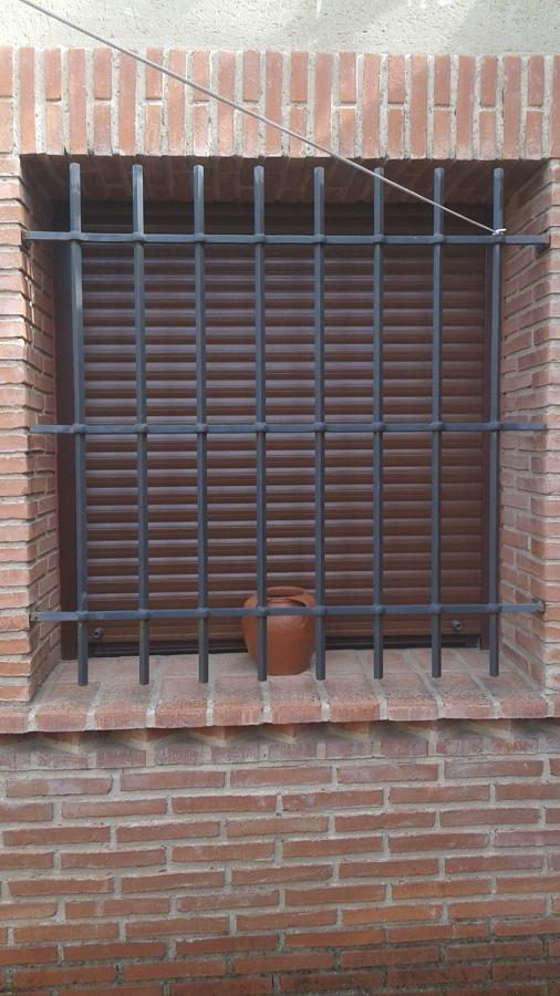 Foto ventana con persiana y rejas de ancar aluminio pvc for Ventanas con persianas incorporadas