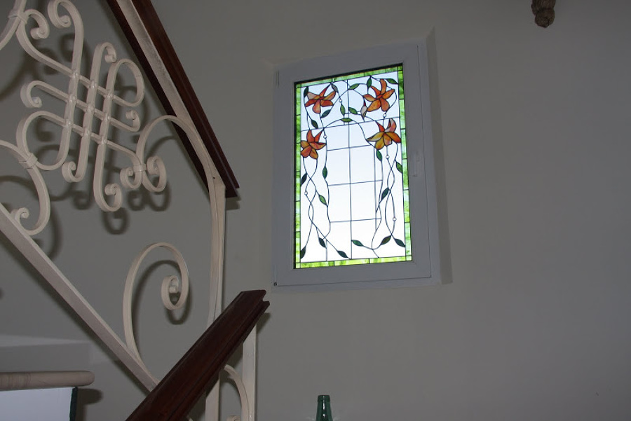 Ventana con vidrio decorativo
