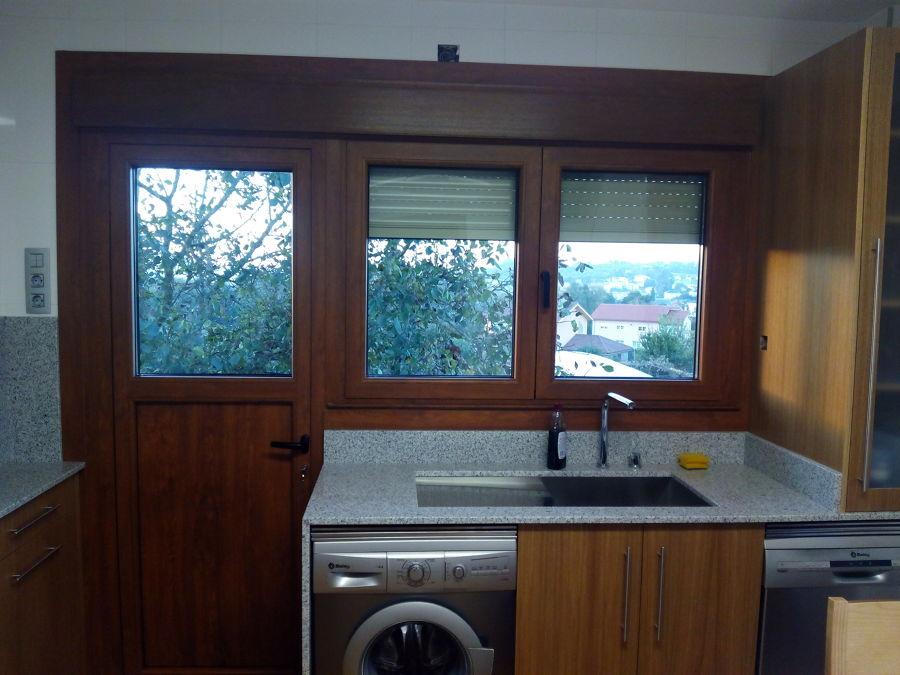 ventana de dos hojas con herraje oculto y puerta de una hoja