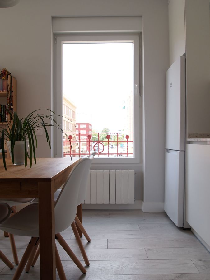 Ventana de la cocina con radiador debajo de la ventana