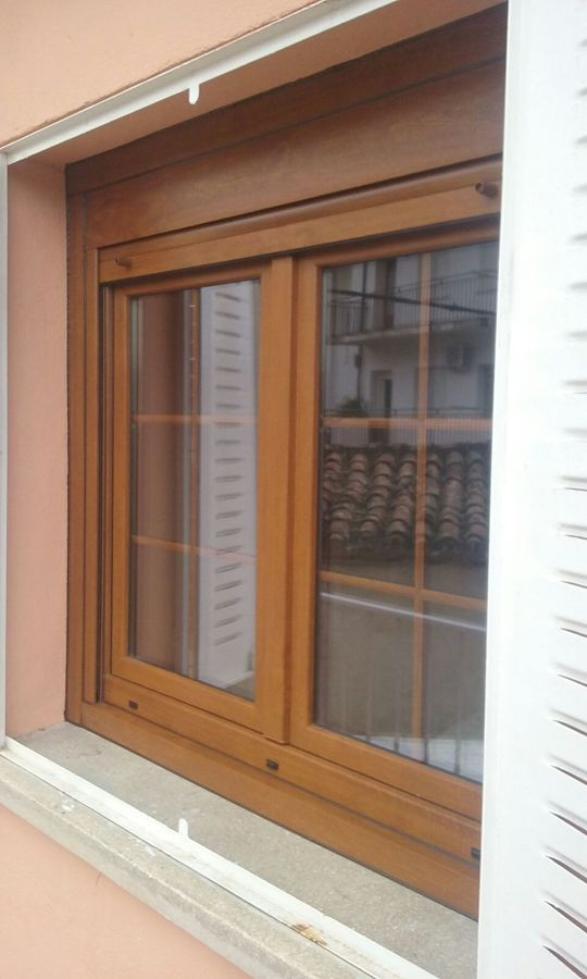Ventana en Golden Oak con persiana, barrotillos.