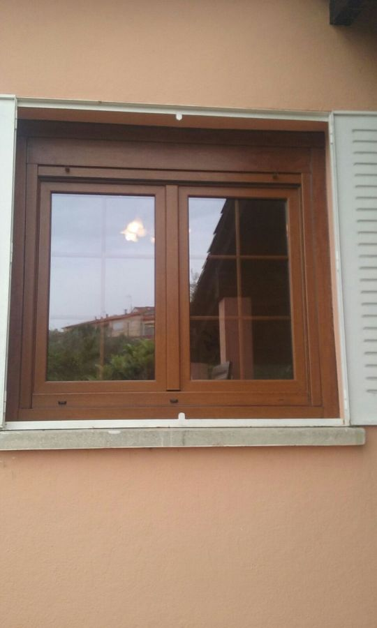 Ventana Golden Oak con persiana y barrotillo