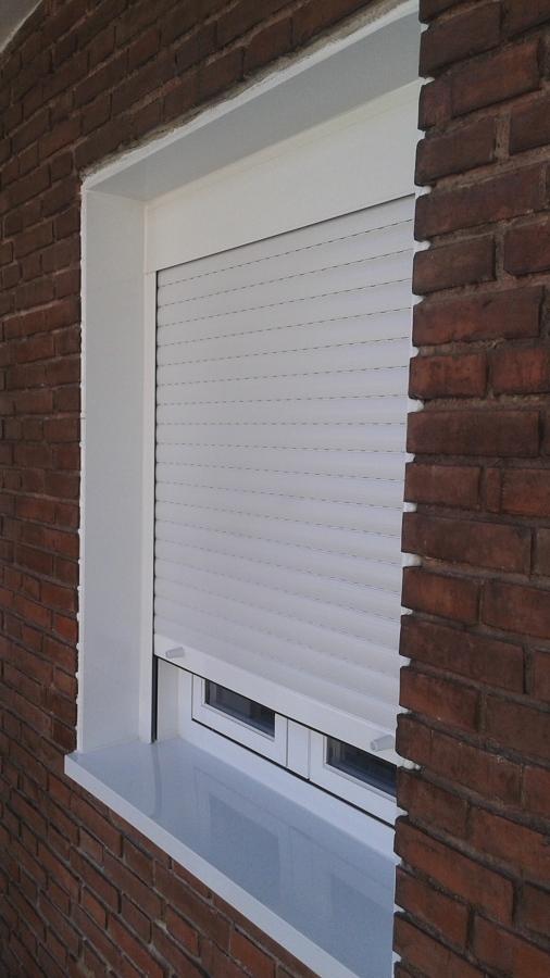 Ventana oscilo-batiente en color blanco con persiana