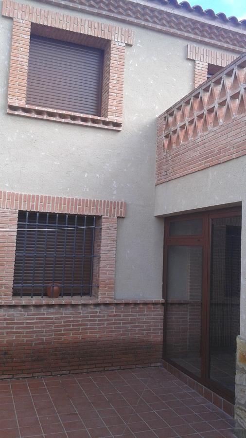 ventanas y puerta con fijo vista desde el patio