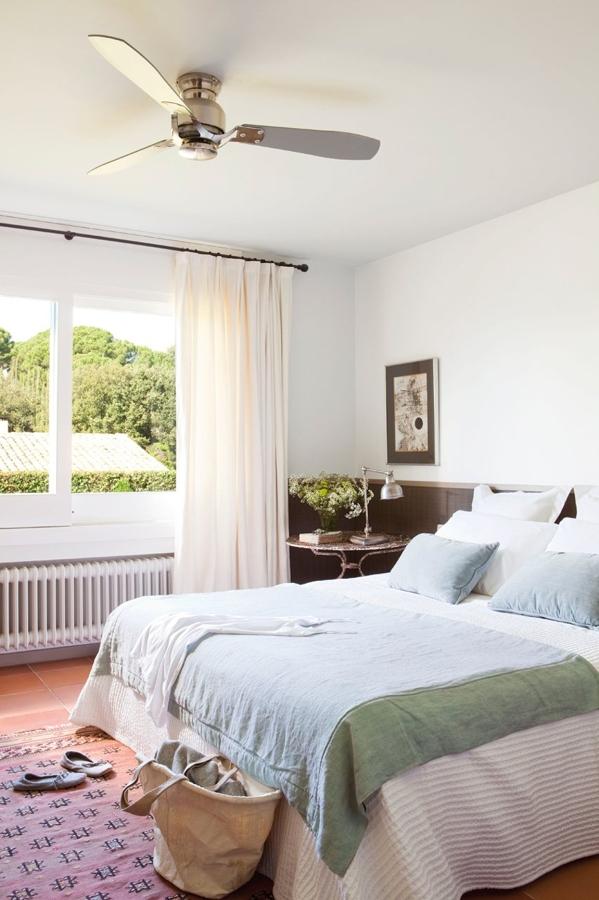 Ventiladores de techo en habitación blanca