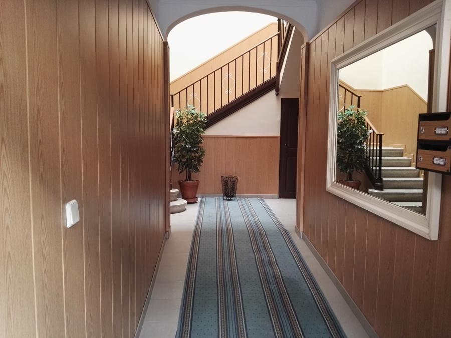 Vestíbulo con paredes de madera