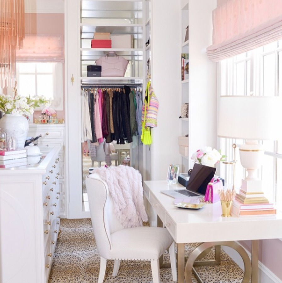 vestidor con espejos y detalles dorados