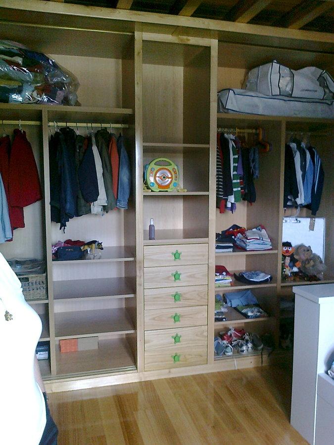 Vestidor con estantes y cajones
