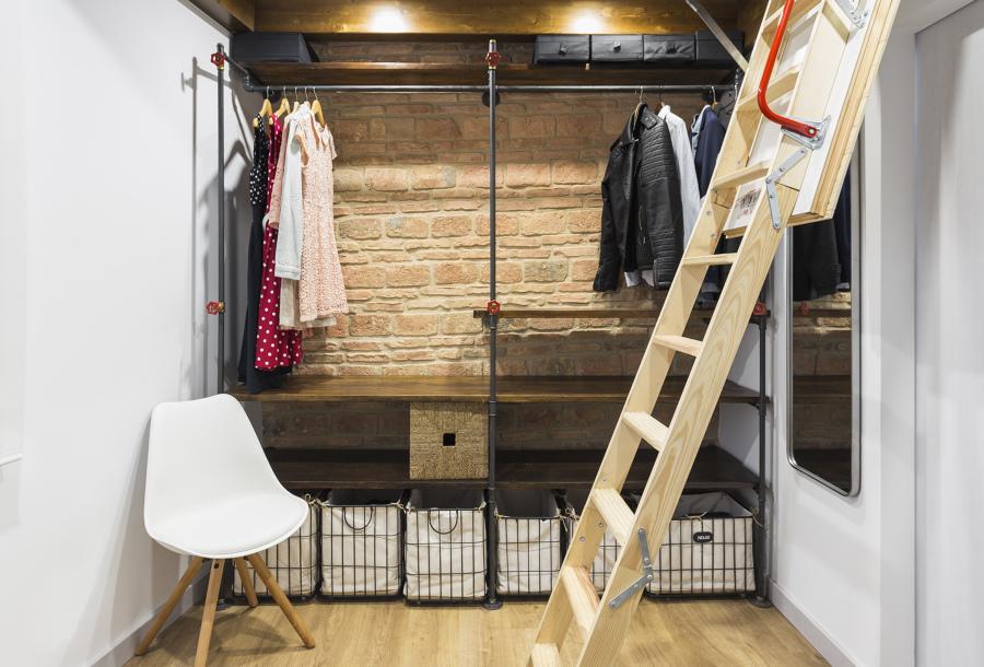 Vestidor do dormitorio e escaleira despregable