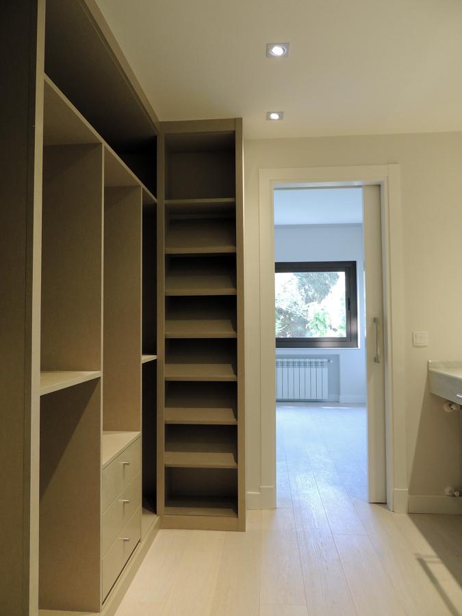 Baño Vestidor Moderno:Carpintería en reforma de madrid Puertas y armarios lisos lacados en