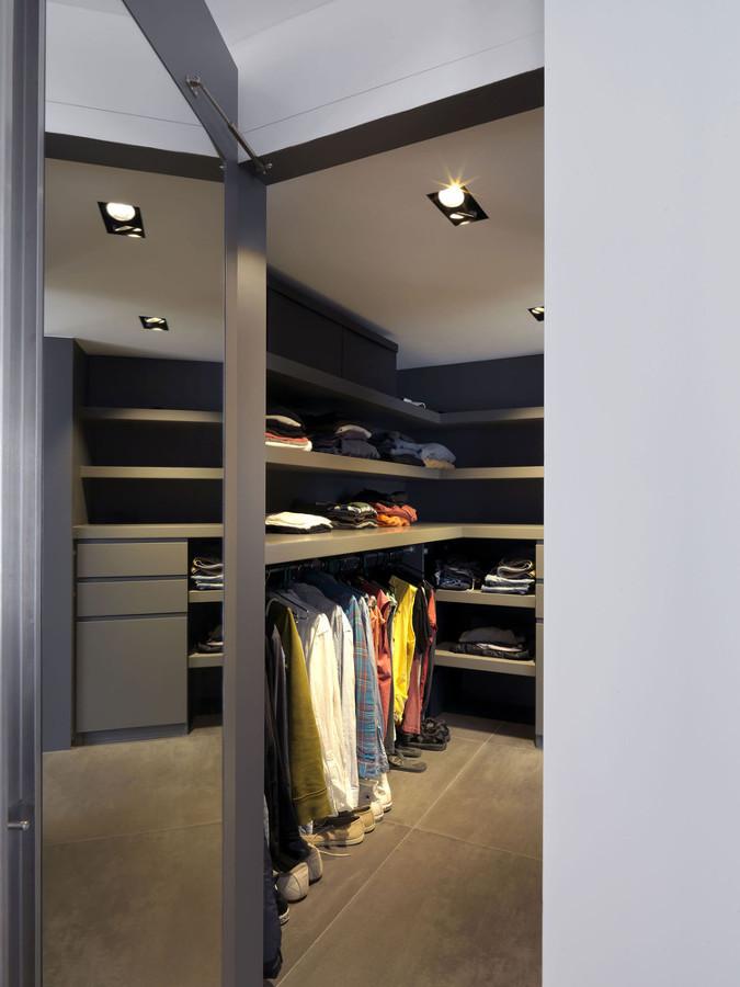 vestidor en tonos oscuros
