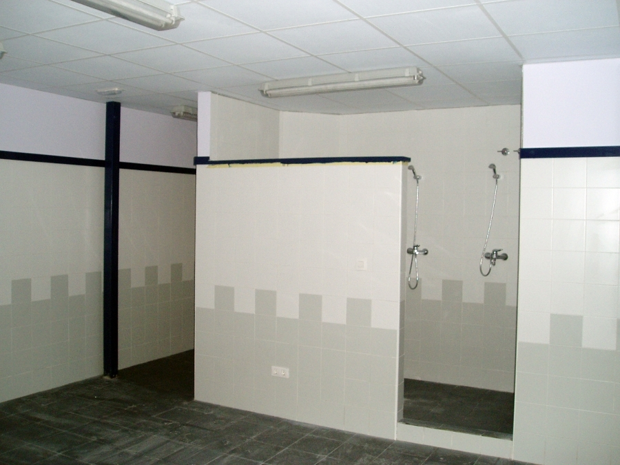 Vestuarios, oficina y almacén de pabellón industrial.